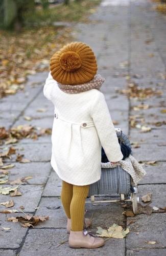 Cómo combinar: abrigo blanco, botas safari en beige, boina mostaza, bufanda en beige
