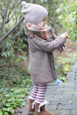 Cómo combinar: abrigo gris, botas ugg marrónes, gorro gris, bufanda gris