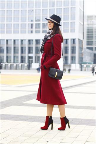 Cómo combinar: abrigo rojo, botines de ante rojos, bolso bandolera de cuero negro, sombrero de lana negro