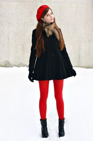 Ponte un abrigo negro para el after office. Complementa tu atuendo con botines de cuero negros.