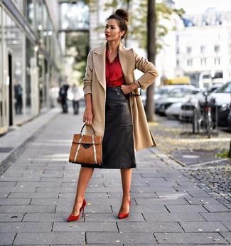 Cómo combinar: abrigo marrón claro, camisa de vestir de seda roja, falda lápiz de cuero negra, zapatos de tacón de ante rojos