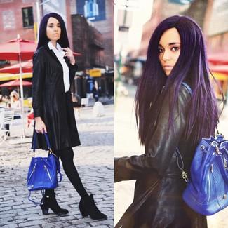 Cómo combinar: abrigo de cuero negro, camisa de vestir blanca, falda skater negra, botines de ante сon flecos negros