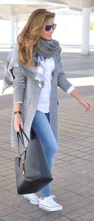 Cómo combinar: abrigo gris, camisa de vestir blanca, leggings vaqueros celestes, tenis blancos