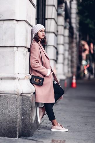 Cómo combinar: abrigo rosado, camisa de vestir blanca, pantalón de pinzas negro, tenis de cuero rosados