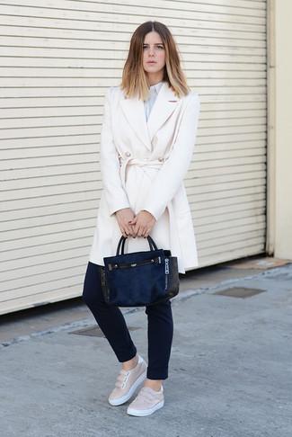 Cómo combinar: abrigo blanco, camisa de vestir de rayas verticales celeste, pantalones pitillo negros, zapatillas slip-on de cuero en beige