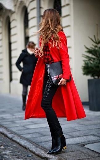 Cómo combinar: abrigo rojo, camisa de vestir a cuadros en rojo y negro, pantalones pitillo negros, botines de cuero negros