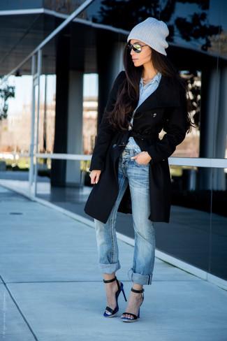 Cómo combinar: abrigo negro, camisa de vestir de cambray a lunares celeste, vaqueros celestes, sandalias de tacón de cuero azul marino