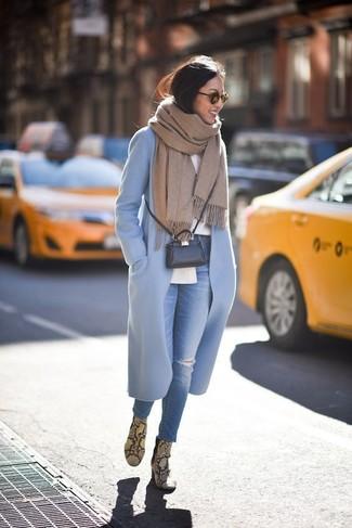 Cómo combinar: abrigo celeste, camisa de vestir blanca, vaqueros pitillo desgastados azules, botines de cuero con print de serpiente amarillos