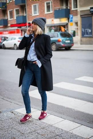 Cómo combinar: abrigo negro, camisa de vestir celeste, vaqueros pitillo azul marino, tenis de ante rosa