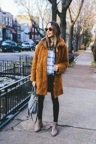 Cómo combinar: abrigo de forro polar en tabaco, camisa de vestir de tartán en blanco y azul, vaqueros pitillo negros, botines chelsea de ante marrónes