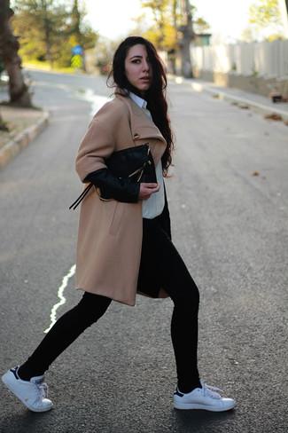 Cómo combinar: abrigo marrón claro, camisa de vestir blanca, vaqueros pitillo negros, tenis blancos