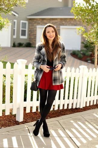 Cómo combinar: abrigo de tartán gris, camiseta con cuello circular negra, falda skater roja, zapatos de tacón de ante negros