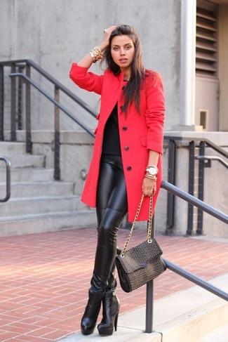 Cómo combinar: abrigo rojo, camiseta con cuello circular negra, leggings de cuero negros, botines de cuero negros