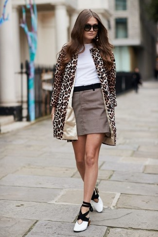 Cómo combinar: abrigo de leopardo marrón claro, camiseta con cuello circular blanca, minifalda a cuadros marrón, zapatos de tacón de cuero en blanco y negro