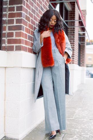 Cómo combinar: abrigo gris, camiseta con cuello circular gris, pantalones anchos grises, zapatos de tacón de cuero negros