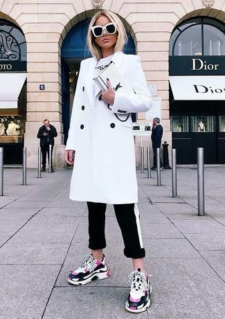 Cómo combinar: abrigo blanco, camiseta con cuello circular estampada blanca, pantalones pitillo de rayas horizontales en negro y blanco, deportivas rosa