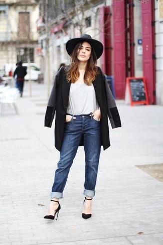 Cómo combinar: abrigo negro, camiseta con cuello circular gris, vaqueros boyfriend azul marino, zapatos de tacón de ante negros