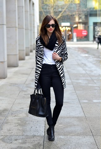 La versatilidad de un abrigo de rayas horizontales blanco y negro y unos vaqueros pitillo negros los hace prendas en las que vale la pena invertir. Si no quieres vestir totalmente formal, usa un par de botines chelsea negros.