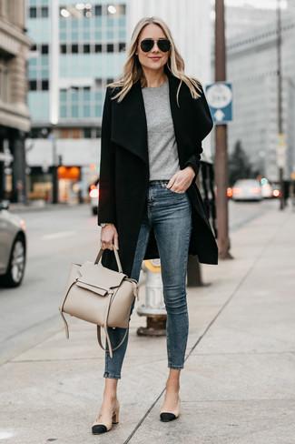 Cómo combinar: abrigo negro, camiseta con cuello circular gris, vaqueros pitillo azul marino, zapatos de tacón de cuero en negro y marrón claro