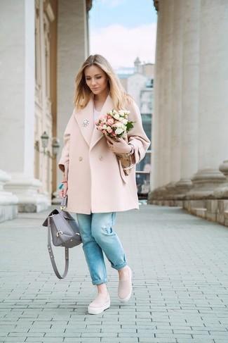 Cómo combinar: abrigo rosado, camiseta con cuello en v blanca, vaqueros celestes, zapatillas slip-on rosadas