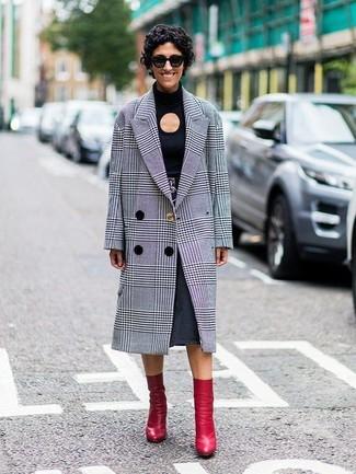 Cómo combinar: abrigo de tartán gris, camiseta de manga larga con recorte negra, falda midi vaquera en gris oscuro, botines de cuero rojos