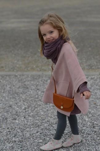Cómo combinar: abrigo rosado, camiseta de manga larga morado oscuro, leggings grises, botas safari grises