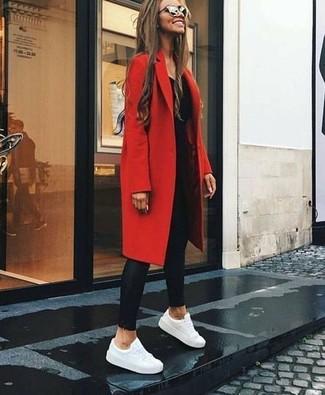 Cómo combinar: abrigo rojo, camiseta de manga larga negra, leggings de cuero negros, tenis de cuero blancos