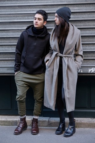 Cómo combinar: abrigo gris, camiseta de manga larga negra, leggings en gris oscuro, botines chelsea de cuero negros