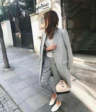 Cómo combinar: abrigo gris, camiseta de manga larga en beige, pantalón de vestir de tartán gris, tenis de cuero blancos