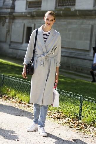 Cómo combinar: abrigo gris, camiseta de manga larga de rayas horizontales en blanco y azul marino, vaqueros celestes, tenis de cuero blancos