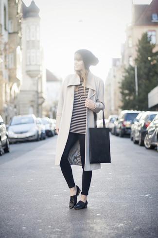 Elige un abrigo beige y unos vaqueros pitillo azul marino para un look diario sin parecer demasiado arreglada. Mocasín de cuero negros son una opción inigualable para complementar tu atuendo.