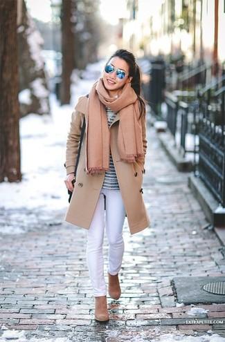 Cómo combinar: abrigo marrón claro, camiseta de manga larga de rayas horizontales azul marino, vaqueros pitillo blancos, botines de ante marrón claro