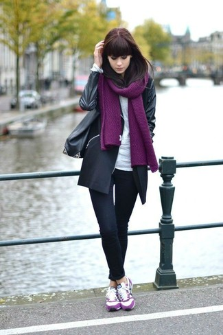 Cómo combinar: abrigo negro, camiseta de manga larga blanca, vaqueros pitillo negros, tenis de ante rosa