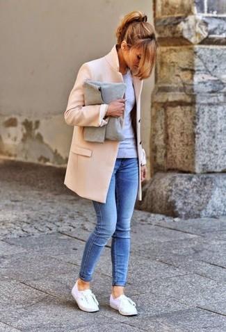 Una camiseta de manga larga y unos vaqueros pitillo azules son el combo perfecto para llamar la atención por una buena razón. Tenis blancos añadirán un nuevo toque a un estilo que de lo contrario es clásico.
