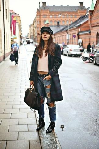 Opta por la comodidad en un abrigo azul marino y verde y unos vaqueros boyfriend desgastados azules de mujeres de Mavi Jeans. Elige un par de botines con cordones de cuero negros para mostrar tu lado fashionista.
