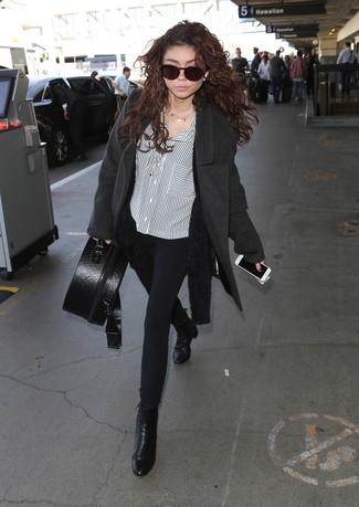 Cómo combinar: abrigo en gris oscuro, cárdigan abierto de angora negro, camisa de vestir de rayas verticales en blanco y negro, pantalones pitillo negros