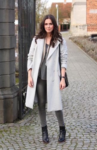 Cómo combinar: abrigo gris, cárdigan abierto de punto en beige, camiseta con cuello circular en gris oscuro, vaqueros pitillo grises