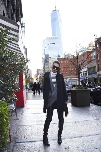 Cómo combinar: abrigo negro, cárdigan abierto en gris oscuro, jersey con cuello circular de rayas horizontales en beige, camisa de vestir blanca