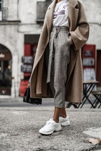 Cómo combinar: abrigo marrón claro, cárdigan largo marrón claro, camiseta con cuello circular estampada blanca, pantalón de pinzas a cuadros gris
