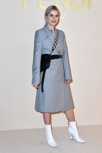Cómo combinar: abrigo celeste, botines de cuero blancos, bolso bandolera de cuero acolchado negro, cinturón de cuero negro