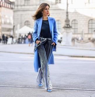 Cómo combinar: abrigo celeste, jersey con cuello circular azul marino, pantalones anchos de rayas verticales en azul marino y blanco, zapatos de tacón de cuero celestes