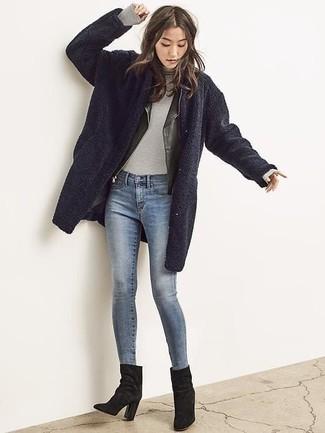 Cómo combinar: abrigo de forro polar azul marino, chaqueta motera de cuero negra, jersey de cuello alto gris, vaqueros pitillo azules