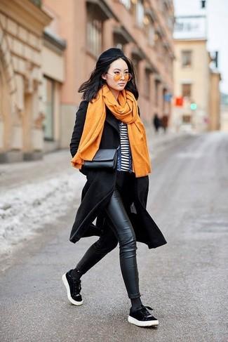 Cómo combinar: abrigo negro, chaqueta vaquera azul, camiseta con cuello circular de rayas horizontales en blanco y negro, vaqueros pitillo de cuero negros