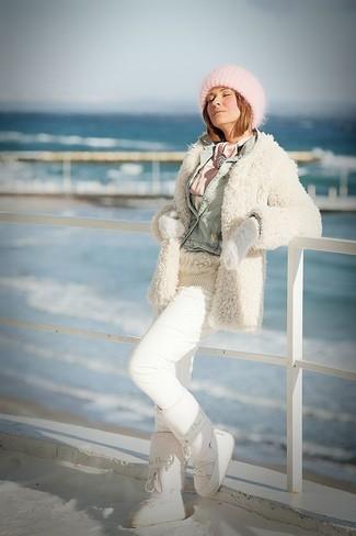 Cómo combinar: abrigo de angora en beige, chaqueta vaquera celeste, jersey de ochos en beige, pantalón de chándal blanco