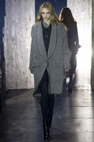 Cómo combinar: abrigo de tartán gris, chaqueta vaquera negra, leggings negros, botines de cuero negros