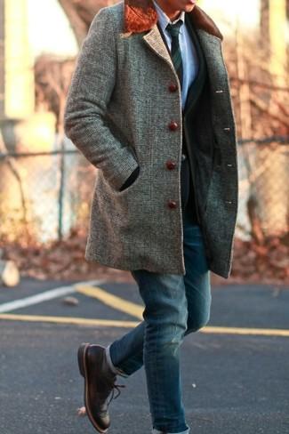 Cómo combinar: abrigo con cuello de piel gris, blazer negro, camisa de vestir celeste, vaqueros azul marino