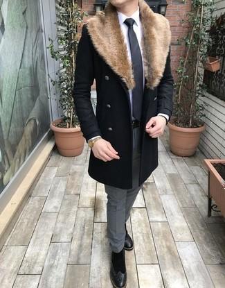 Cómo combinar: abrigo con cuello de piel negro, camisa de vestir blanca, pantalón de vestir gris, botas brogue de ante negras
