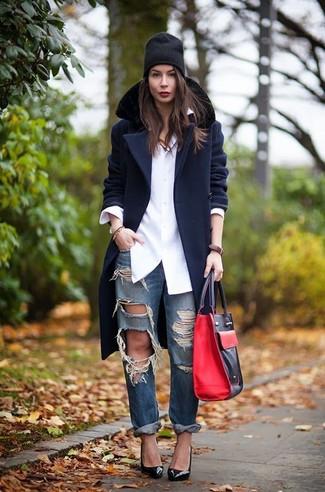 Cómo combinar: abrigo con cuello de piel azul marino, camisa de vestir blanca, vaqueros boyfriend desgastados azul marino, zapatos de tacón de cuero negros
