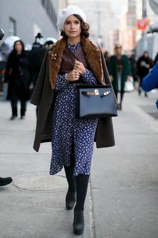 Cómo combinar: abrigo con cuello de piel en marrón oscuro, chaleco de cuero en marrón oscuro, vestido camisa con print de flores azul marino, botines de ante gruesos negros