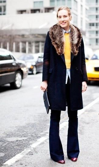 Cómo combinar: abrigo con cuello de piel azul marino, jersey con cuello circular amarillo, camisa de vestir celeste, pantalones anchos azul marino